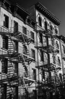 exterior preto e branco de um edifício em nova york foto