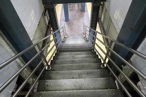 escadas que levam à estação de metrô em new york city foto