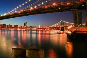 sob a ponte de brooklyn foto