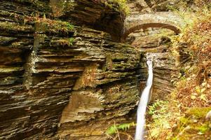 cachoeira da caverna no parque estadual watkins glen foto