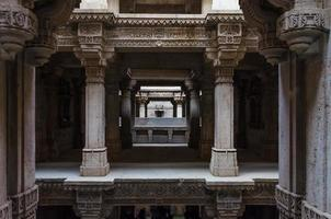 perspectiva de adalaj stepwell em ahmedabad foto