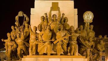 heróis de estátua de mao praça zhongshan, shenyang, china à noite foto