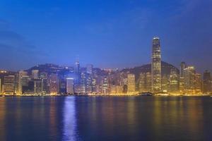 vista do horizonte da cidade de hong kong em victoria bay foto