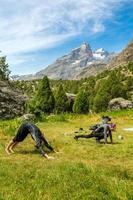mulheres jovens fazendo fitness manhã na paisagem de montanha foto