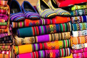 tecido colorido no mercado em peru, américa do sul