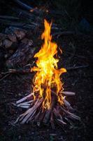 fogueira de acampamento ao pôr do sol foto