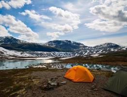 duas tendas para turistas, estilo de vida ativo foto