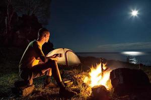 turista em um acampamento foto