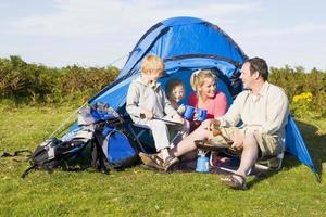 família camping com tenda de cozinha