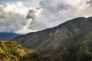 colinas e nuvens foto