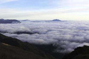 formação de nuvens em benguet foto