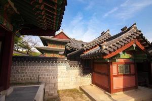 casas coreanas tradicionais no palácio changdeokgung em seul, coreia foto