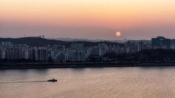 pôr do sol sobre o rio han