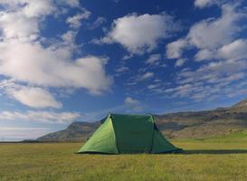 única barraca de acampamento sob tempo claro