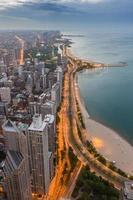 skyline de chicago e lago michigan ao pôr do sol