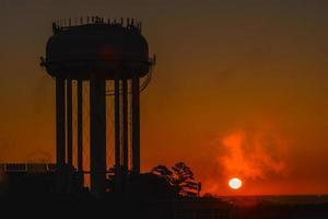 silhueta da torre de água ao nascer do sol