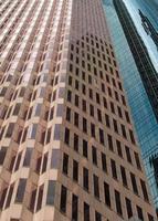 edifícios de escritórios em perspectiva esticada foto