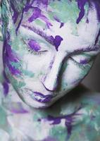 retrato de jovem com maquiagem criativa foto