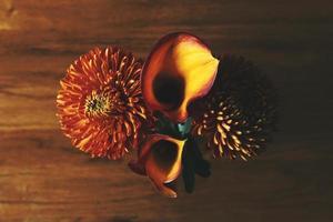 crisântemos e flores de lírio de calla foto