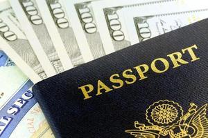 documentos de viagem - passaporte dos EUA com moeda americana foto