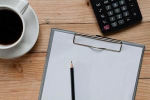 mesa de trabalho coberta com documentos. acima vista tiro. foto