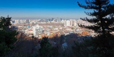 cidade vista da colina de san cristobal, santiago, chile foto