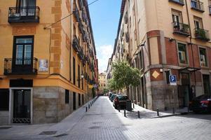 rua do bairro antigo de madrid foto