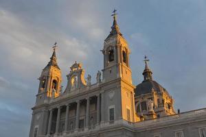 Catedral de Almudena em Madrid ao entardecer foto