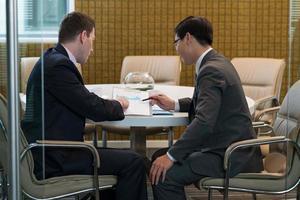 discutindo documentos financeiros foto
