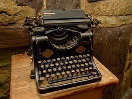 velha máquina de escrever preta foto