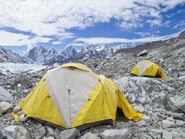 barracas no acampamento base do everest, dia nublado. foto