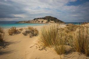 trança estreita para a semi-ilha, simos beach, elafonisos, grécia