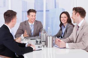 pessoas de negócios a discutir na mesa de conferência foto