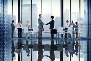 conferência de pessoas de negócios, reunião conceito global de aperto de mão foto