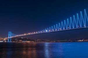 ponte do bósforo à noite Istambul / Turquia foto
