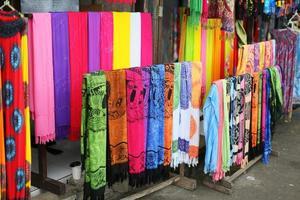 linhas de lenços de seda coloridos pendurados em um mercado foto