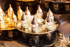 moinho de pimenta tradicional de cobre no bazar de Istambul foto