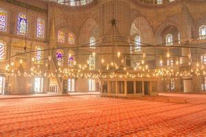 o interior da mesquita azul - istambul, turquia