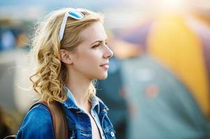 menina bonita no festival de verão foto