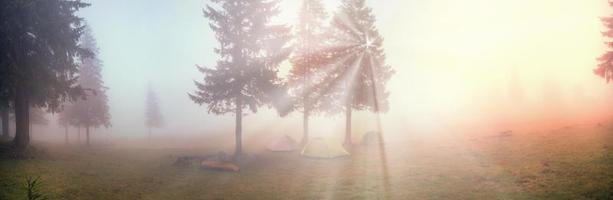 barraca no meio do nevoeiro foto