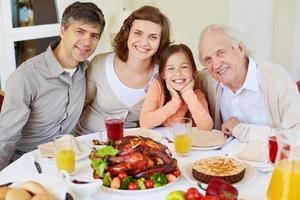 família por mesa de jantar foto