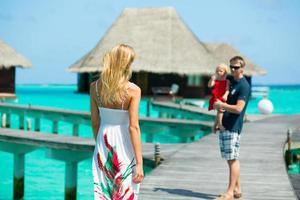 família tendo férias tropicais foto