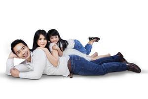família relaxante no chão foto
