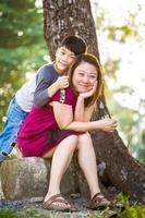 filho, abraçando, mãe, família asiática