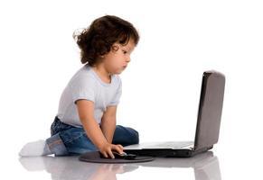 criança com notebook foto