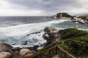 vista acidentada da costa do caribe. foto