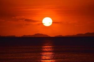 pôr do sol vermelho foto