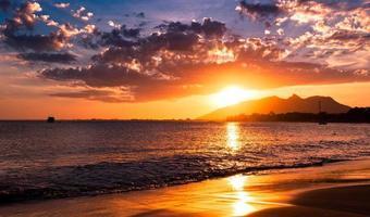 dramático pôr do sol no oceano