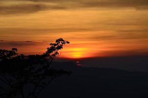 pôr do sol da montanha foto