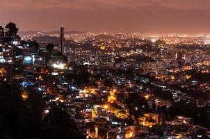 favelas do rio de janeiro à noite foto